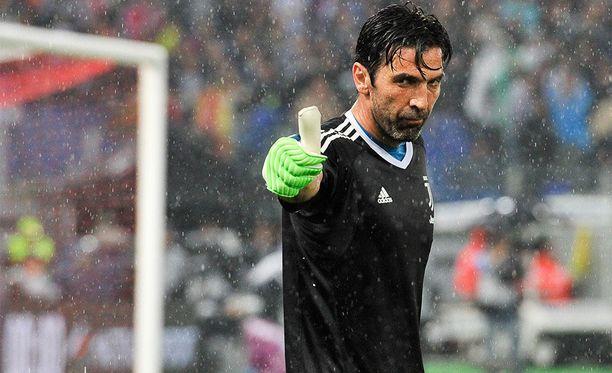 Gianluigi Buffon nostaa lauantain kierroksella Serie A:n mestaruuspystin ilmaan.