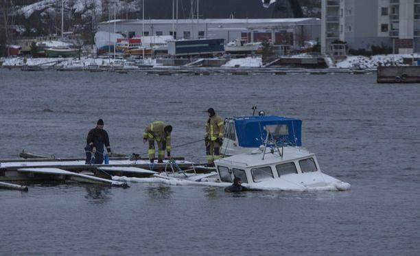Yli kuusi kuukautta upoksissa ollut vene ihmetyttää Kotkassa.
