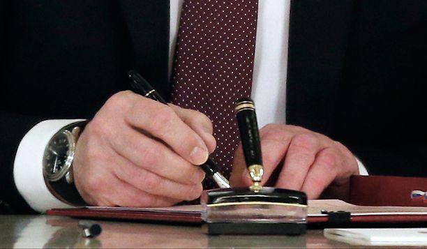 KUULUISA KYNÄ Vladimir Putin allekirjoittamassa Krimin liittämissopimusta maaliskuun 18. päivänä 2014.