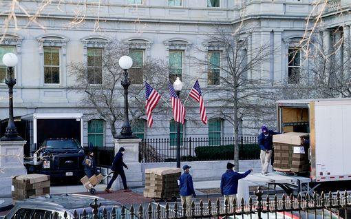 Washingtonin vallanvaihto on alkanut: muuttajat kantoivat laatikoita Valkoiseen taloon ja ulos