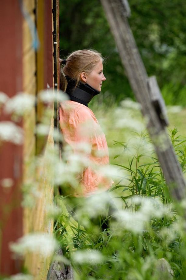 Ratsastusvalmentaja, yrittäjä Saara Auvinen, 24, sai työssään aivovamman, kun hän putosi hevosen selästä kovalle hiekkakentälle vuonna 2014. Siitä lähtien Auvinen on taistellut vakuutusyhtiön kanssa siitä, onko hän työkykyinen vai ei. - Pysyn vain noin seitsemän tuntia päivässä hereillä. En tunne janoa enkä nälkää. Tarvitsen henkilökohtaisen avustajan apua arkiaskareissa.