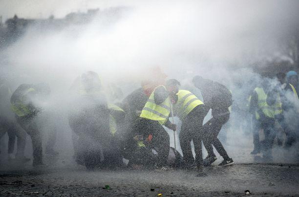 Poliisi käytti vesitykkiä ja kyynelkaasua mielenosoittajia vastaan Riemukaarella Pariisissa lauantaina.