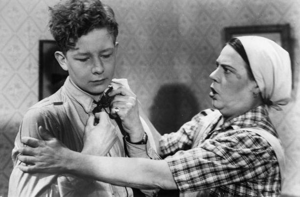 Suomisen perhe -elokuva poiki myös jatko-osia. Vuonna 1945 ilmestyi Orvo Saarikiven ohjaama Suomisen Olli yllättää. Kuvassa Lasse Pöysti ja perheen kotiapulaista Hildaa näytellyt Siiri Angerkoski.