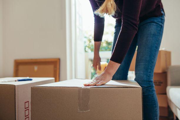 Laura sopi firman kanssa, että kaksi muuttomiestä pakkaa, kantaa ja lopulta myös purkaa pienen asunnon tavarat uuteen kotiin.