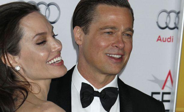 Angelina Jolie haluaisi saada perheensä kasaan, mutta Brad Pitt haluaa jatkaa omaa elämäänsä.