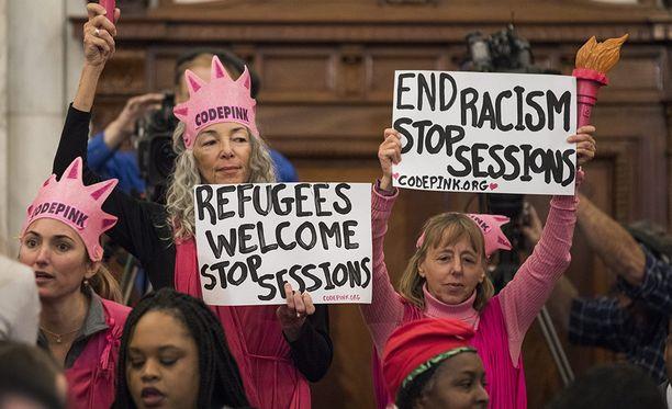 Sessionsia on syytetty rasistisista kommenteista hänen aikaisemmalla poliittisella urallaan.