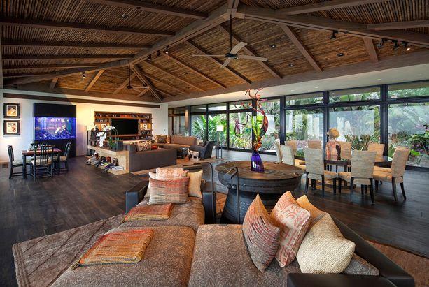 Kodista löytyy persoonallisia piirteitä: bambukattoja, kalkkikiveä ja tammilattioita.