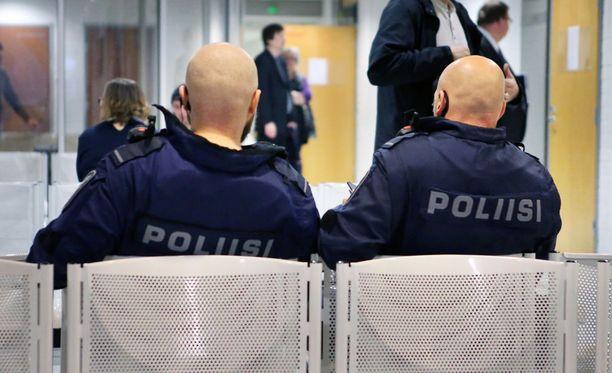 Oulun poliiseja kohtaan tehtyjä tekoja on tutkittu kesän ja syksyn aikana viitenä murhan yrityksenä. Arkistokuva Oulun käräjäoikeudesta.