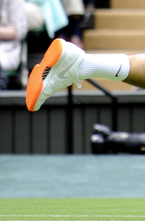 Roger Federerin pelijalkineissa oli oranssi pohja Wimbledonin tennisturnauksen ensimmäisenä pelipäivänä vuonna 2013. Ottelun jälkeen kilpailun järjestäjät pyysivät häntä laittamaan seuraavaan otteluun valkopohjaiset tenniskengät.