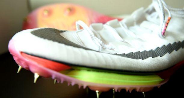 Kengän etuosassa on mustan hiilikuitulevyn alla keltainen ilmatyyny.