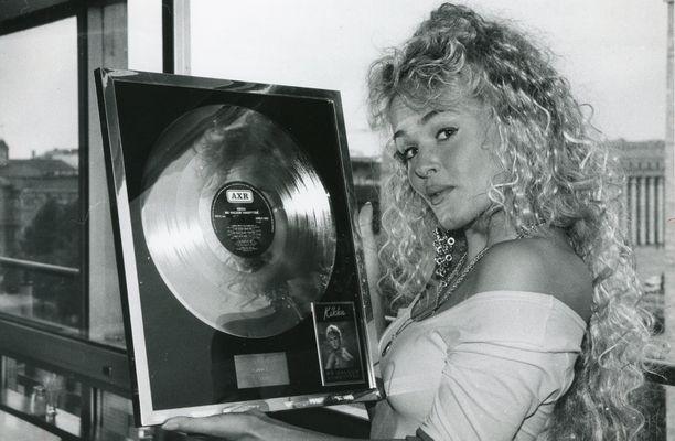 Kikan esikoislevy Mä haluun viihdyttää toi kultaa ja platinaa vuonna 1990.