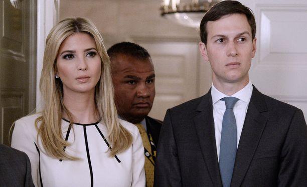 Jared Kushner (oik.) puolisonsa Ivanka Trumpin kanssa. Kushner on hänkin osa monisyistä Venäjä-tutkintaa.