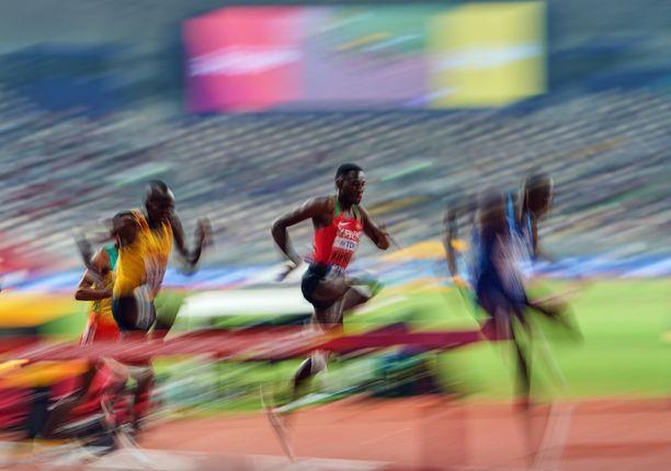Abraham Kibiwot (kuvassa keskellä) oli valtavan epäonninen Monacon Timanttiliigan kisassa.