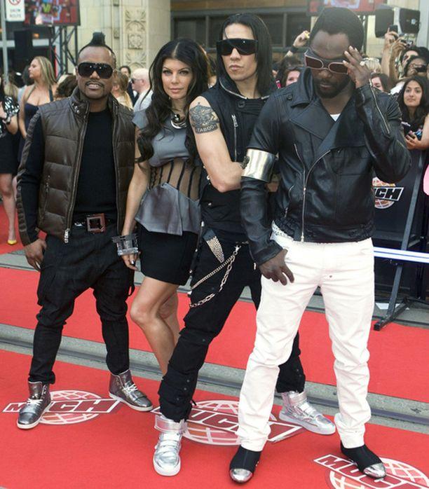 Hiltonin mukaan The Black Eyed Peasin Will.I.Am (oik.) hyökkäsi turvamiestensä kanssa hänen kimppuunsa.