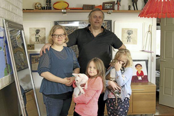 Merimaskulaisten Sari, JJ, Amy ja Lisa de Nierin perheen cornish rex -kissat Mozzie ja Tira ovat osaltaan terapiaa kielellistä erityisvaikeutta, ADHD:ta ja Turnerin syndroomaa sairastavalle Lisalle.
