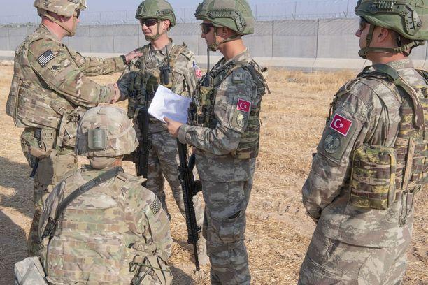 Yhdysvaltain ja Turkin joukkoja Koillis-Syyriassa.