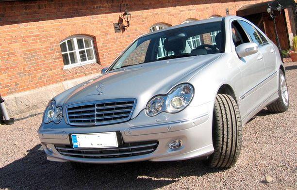 Joka kolmas 9-vuoden ikäinen C-sarjan Mercedes jää kiinni katsastuksessa ohjauslaite-, käyttöjarru ja etuakseliston vioista.