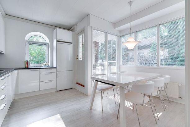 Keittiö- ja ruokailuhuonetilan valoisuus lumoaa. Pieni kaari-ikkuna on kaunis yksityiskohta.