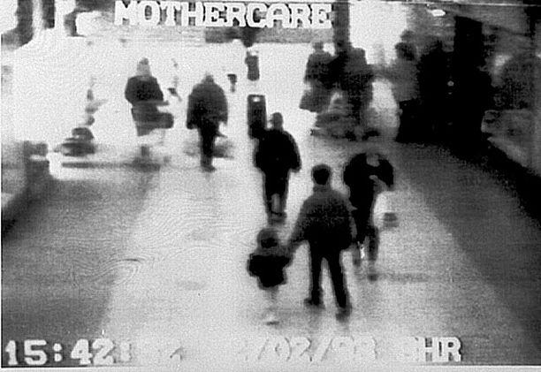 Valvontakameravideolla näkyy miten James Bulger pitää sieppaajansa kädestä kiinni.