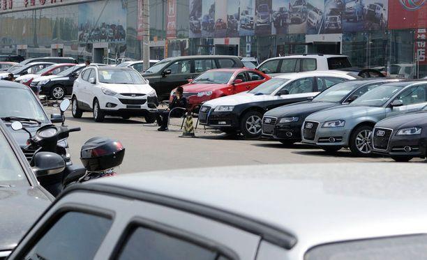 Valkoinen väri on suosiossa erityisesti Aasiassa. Kuva kiinalaisesta autokaupasta Pekingissä.