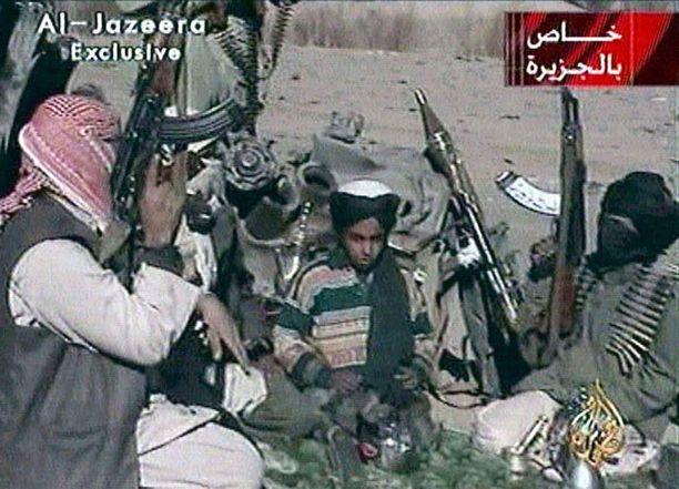 Vuonna 2001 julkaistulla propagandavideolla Hamza bin Laden nähtiin lukemassa runoa raskaasti aseistautuneiden Taliban-taistelijoiden keskellä.