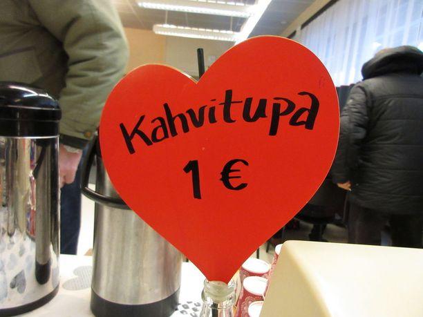 Pelastusarmeijan kahvila Turussa täyttyy nopeasti maanantaista torstaihin. Eurolla saa kahvia, pullaa ja ruokakassin.