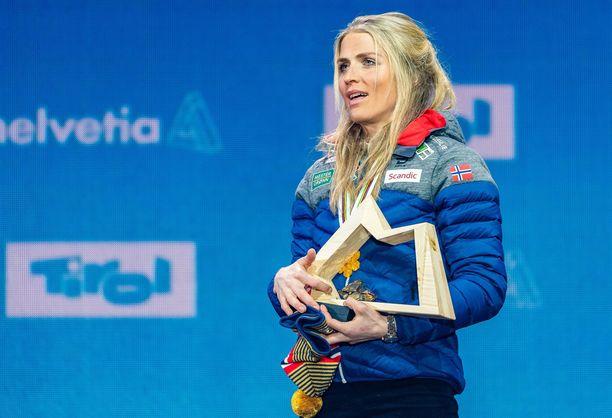 Therese Johaug harkitsee tosissaan yleisurheilun arvokisoissa juoksemista.