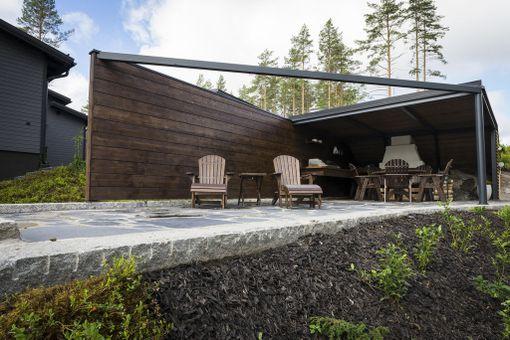 Wave-talon pihaan kuuluu suojaisa, katettu pationurkkaus. Terassin pohja on liuskekiveä. Asuntomessukohde 5.