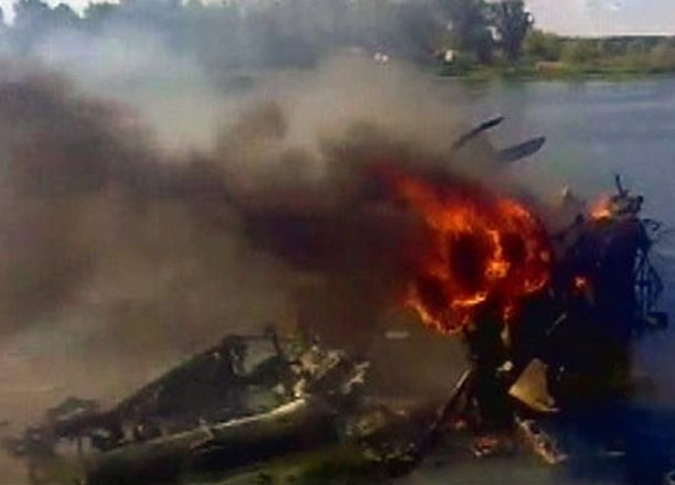 Tuleen syttynyt matkustajakone sinkoutui ja upposi vieressä virtaavaan Volgaan.