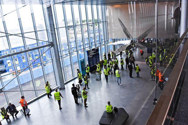 Uudessa siivessä on tiloja kahdessa kerroksessa. Saapuvat matkustajat käyttävät yläkertaa, lähtevat alakertaa.