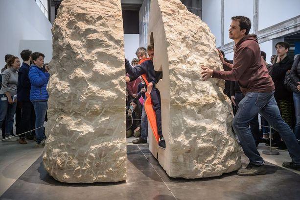 Kalkkikivilohkare painaa 12 tonnia.