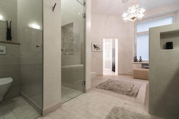 Kylpyhuoneessa on tilaa useammallekin ihmisille. Suihku sijaitsee erikseen lasiovien takana. Matka ei ole pitkä pöntölle.