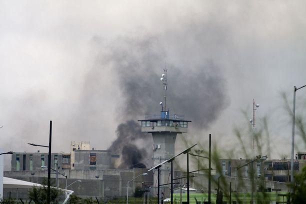 Cadereutan vankilasta nousi sankka savu tiistaina, kun väkivalta oli valloillaan.