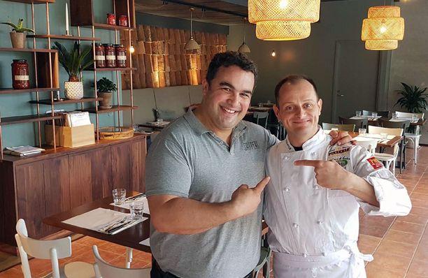 Pizzeria Capperin osakas ja ravintolapäällikkö Miguel Papaianni toteaa, että hyvä napolilainen pizza ei synny ilman loistavaa kokkia. Kokki Severino Salzano on kotoisin Napolista.