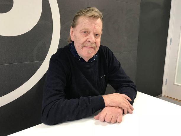 Vesa-Matti Loiri poseerasi vuosi sitten Iltalehdelle kertoessaan Uuno Turhapurosta tehdystä tv-sarjasta.