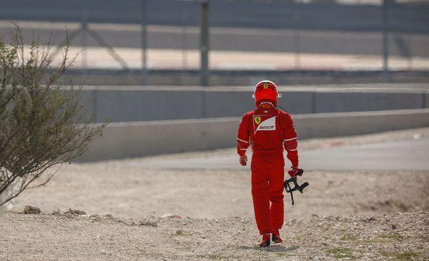 Kimi Räikkösen auto jätti hänet keskelle rataa perjantain ensimmäisissä harjoituksissa.