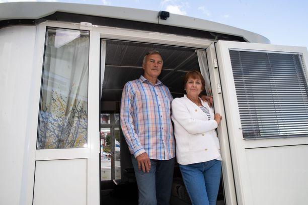 Pariskunta oleskelee asuntoveneellään kesät ja talvet.