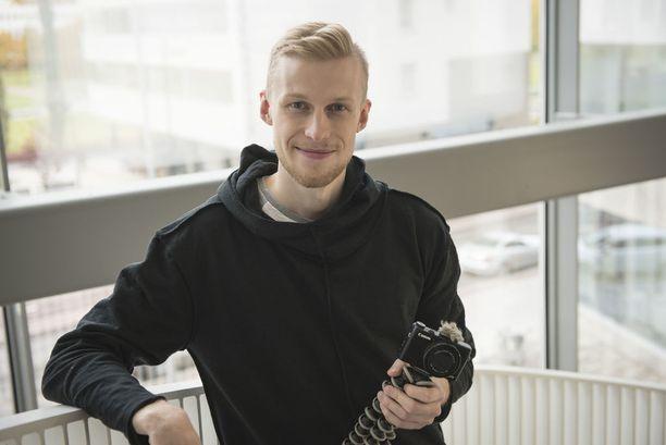 Roni Bäck on kokenut pitkän kasvoleikkausoperaation. Leikkauksen jälkeen peilistä katsoi uusi mies.