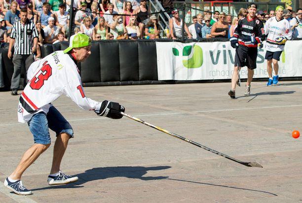Matti Nykänen otti pallon taitavasti haltuun mailalla.