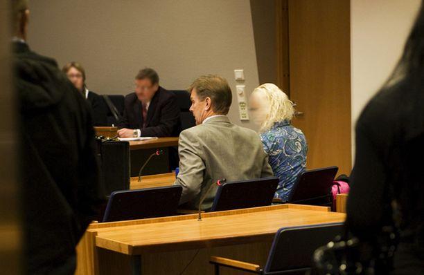TÄNÄÄN ÄÄNEEN Sinisessä puserossa oikeuteen saapunut syytetty nousi tänään ensimmäistä kertaa todistamaan.