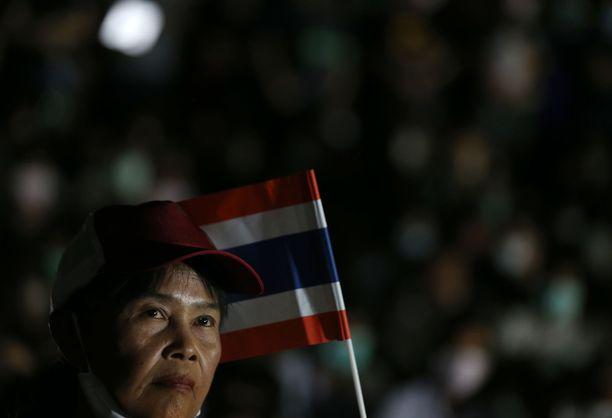Thaimaassa on vaadittu demokratian palauttamista maahan mielenosoituksissa, kun viime vuoden kansanäänestystä on seurannut useita manipulointiepäilyjä.