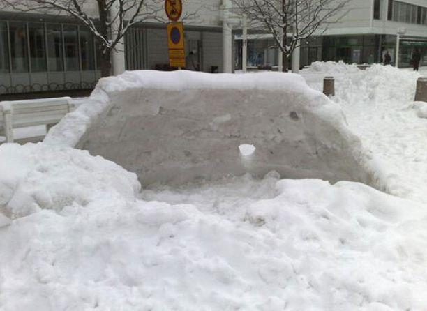 Avoiglu jätettiin paikalleen lauantain talviriehan jälkeen. Tiistaina siitä muistutti enää lohduton lumikasa Kulttuurikeskuksen edustalla.