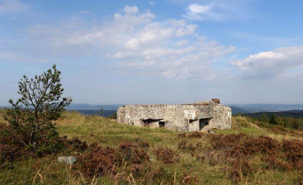 Alue oli ennen armeijan käytöstä, mistä tämäkin rapistuva bunkkeri muistuttaa.
