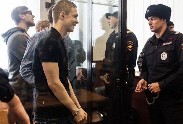 Ilya Shakursky (keskellä) sai 16 vuoden vankeustuomion.