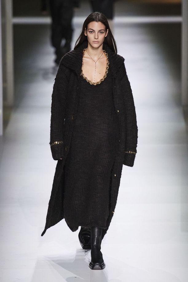 Bottega Veneta yhdistää pitkän neulemekon pitkään neuletakkiin ja tukeviin nilkkureihin. Tämän runway-idean haluamme kopioida itsekin!