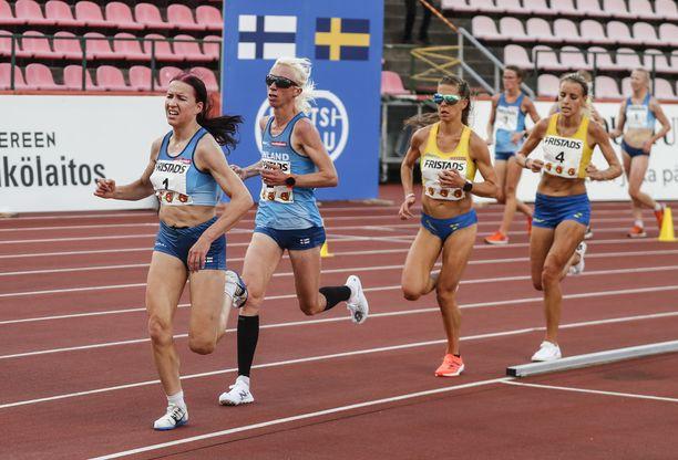 Annemari Kiekara (toinen vasemmalta) kilpaili New Balancen piikkareilla. Ruotsin Charlotta Fougberg (Kiekaran takana) veti Adidaksen juoksutossuilla.