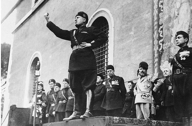 Mussolini onnistui hankkimaan itselleen kannatusta kansan keskuudessa pitämällä puheita, joissa hän lupasi ratkaista Italian köyhyys- ja työttömyysongelmat.