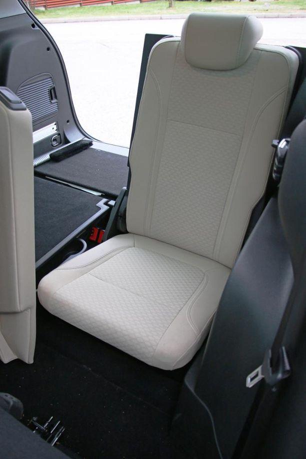 Kolmanen istuinrivin istuimet ovat keskikokoisen aikuisenkin istuttavissa, vaikka istuin on matala.