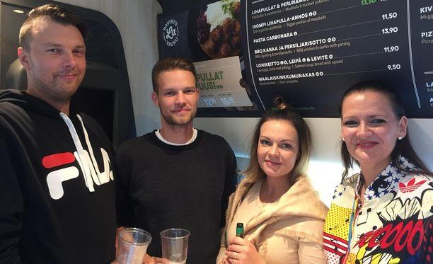 Petri Vuoristo (vas.), Eetu Jääskeläinen, Maija Rappe ja Irene Vuoristo ovat fanittaneet Cheekiä jo silloin, kun hän esiintyi vielä baareissa. VR lisäsi junavuoroja Cheekin konserttien takia.