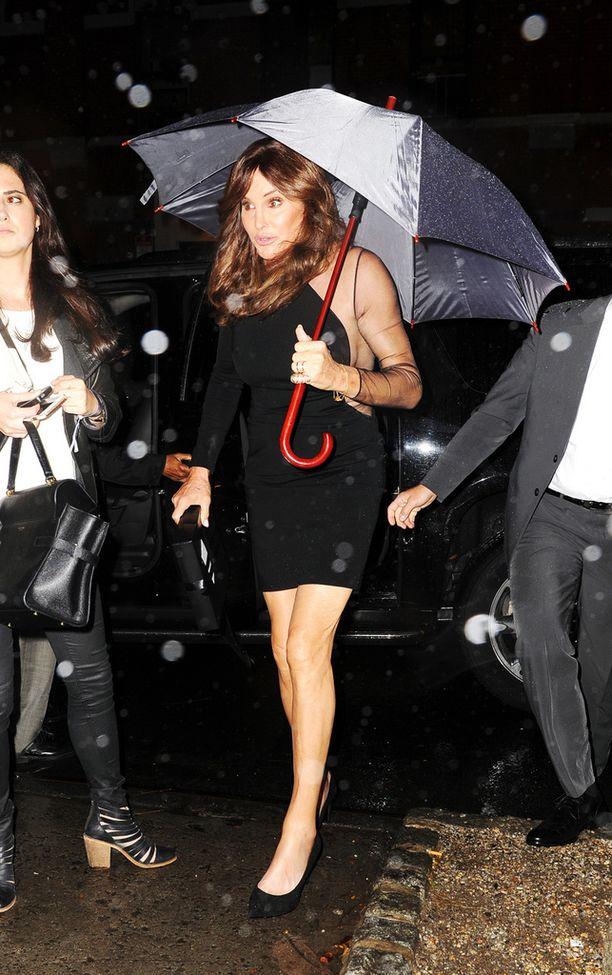 Kendall Jennerin isä, sukupuoltaan korjannut Caitlyn Jenner suojautui sateelta tullessaan näytökseen.